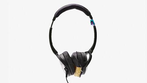 """Lyttefejl # 33 """"Synger på sidste vers"""" - Kan du bare ikke undvære dine gamle hovedtelefoner? Musik bør nydes højt - med den bedste teknologi. Få Sonos, og oplev musikken, sådan som den var tænkt."""