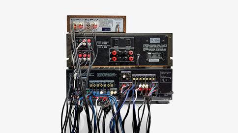 """Lyttefejl # 15 """"RCA-jungle"""" - At prøve at være den audiofile med den bedste lyd i branchen kan give frustrationer, når du ender med for mange ledninger og for meget udstyr. Den slags undgår du med Sonos. Du får den bedste lydkvalitet, trådløst."""