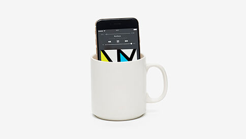 """Lyttefejl # 14 """"Mug o' Bass"""" - Det er ikke meningen, at man skal lytte til musik fra en telefon. Musik skal nydes med de bedste højttalere, som tilmed er nemme at bruge og styre. Som Sonos."""