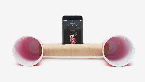 Les pires façons d'écouter de la musique no 02 : le « MacGyver » - Ce n'est pas parce que les essuie-tout et les verres en plastique rouge sont pratiques lors d'une fête qu'ils doivent être responsables du choix musical.