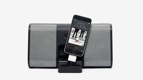 """Lyttefejl # 28 """"Løs forbindelse"""" - Når du opgraderer din telefon og ikke din dockingstation, skal du have fat i konnektorer, for at de kan arbejde sammen. Med Sonos holder vores software dig opdateret. Altsammen via Wi-Fi, designet alene til din lytteglæde."""
